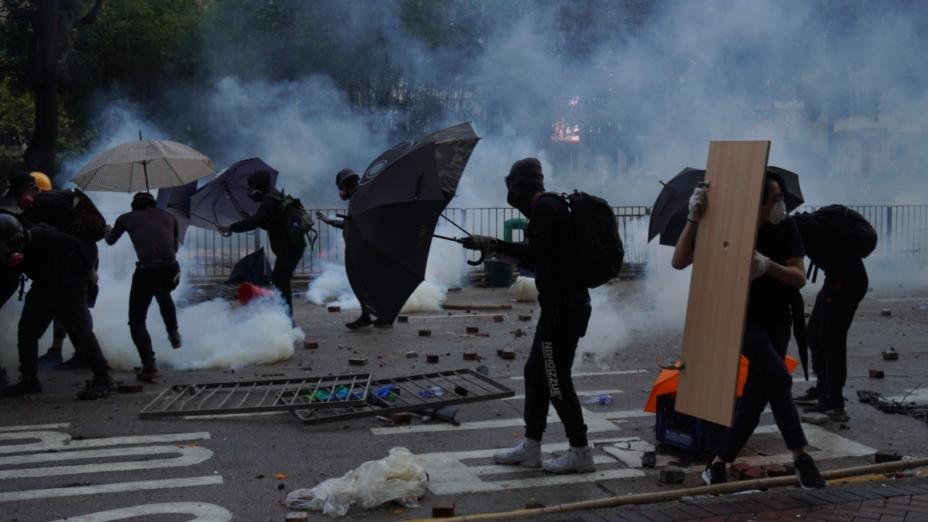 社會抗議促成建制派和反建制派之間的公開對立,並且往往造成大規模的社會動盪。(亞新社)