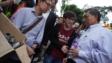 中大學生展示催淚彈殼給校長段崇智。