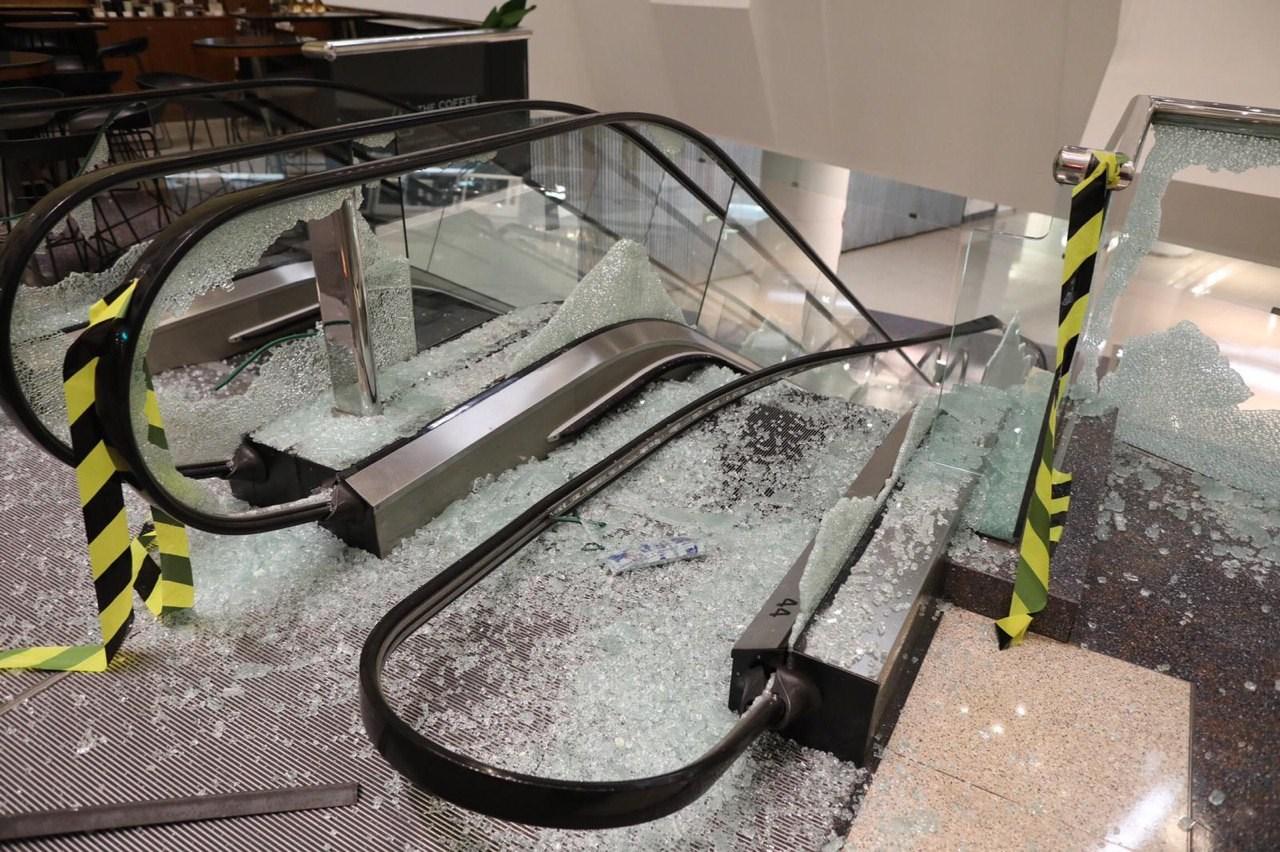 又一城扶手電梯玻璃被破壞。