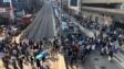 人群堵塞黃竹坑天橋。