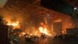 理大校園正門一帶火光熊熊,校園內有雜物起火,火勢猛烈,冒出濃煙。