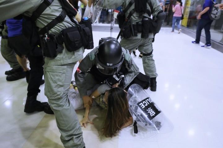 年青人由之前的「和理非」方式示威,演變成近兩個月的「勇武」抗爭,當中更有多人因違法而被捕。(亞新社)