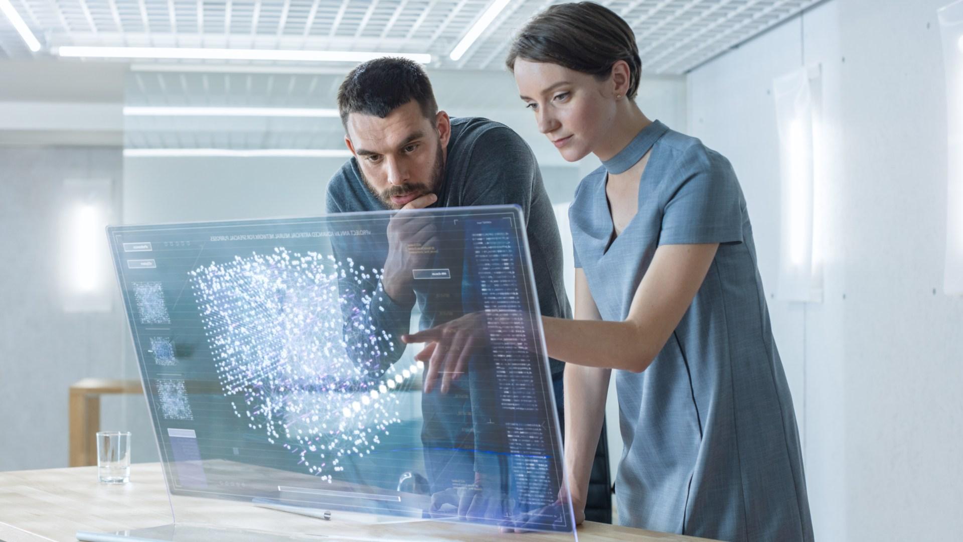 往日電影中才能見到的透明顯示屏,如今已成現實。(Shutterstock)