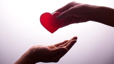 施捨,許多人都容易做得到。 然而,真正平等的給予,卻非人人能為。(Shutterstock)