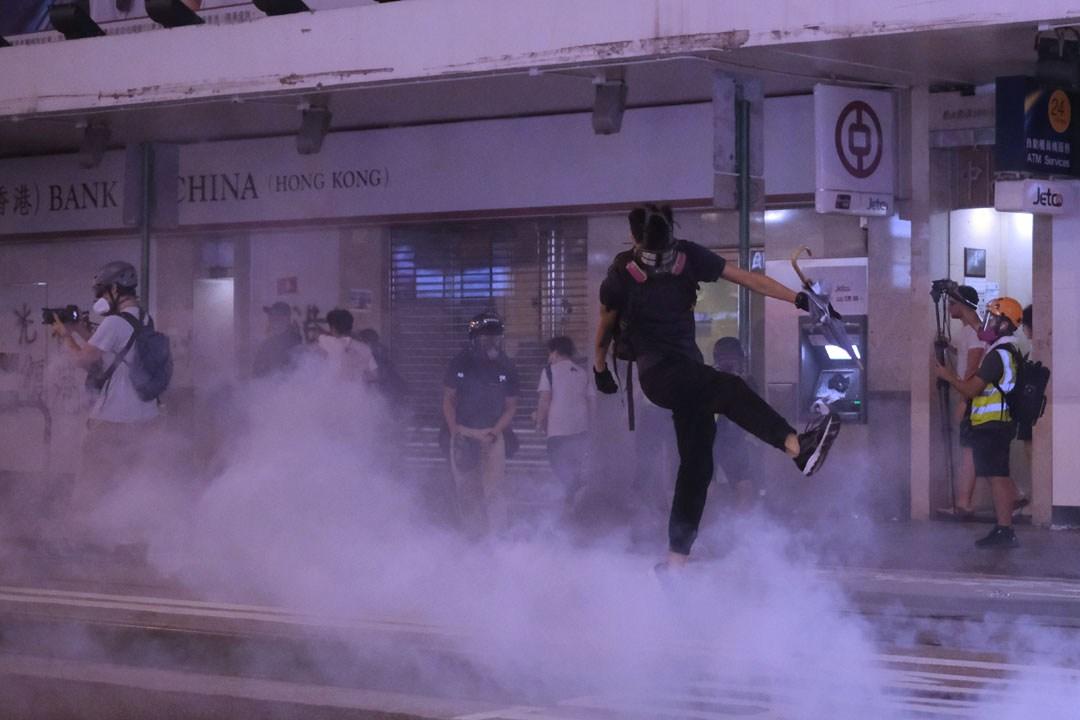 陳、黃兩位局長都強調示威者燒垃圾、雜物才是源頭。示威者燒的會產生多少二噁英,同區釋放的催淚彈又產生了多少?(亞新社)