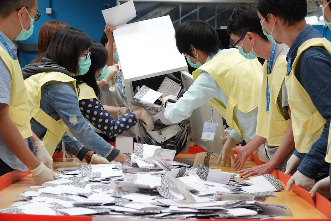 投票的都知道投下的一票毫無意義,但仍然去做,目的只有一個,就是要表態。(亞新社)
