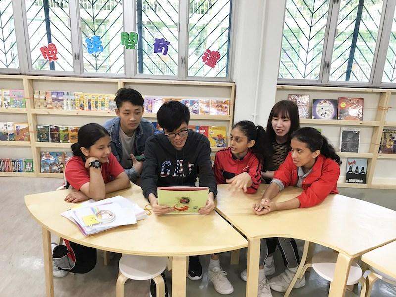 恒大同學參與關懷共融計劃,陪同少數族裔小朋友學習中文。