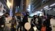 入夜後,黑衣示威者阻塞德輔道中。