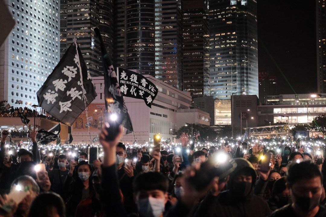 看着今天香港街道殘景,不禁想着「五大訴求」,是否真的缺一不可?我們對政府有多大的不滿是否就要破壞多大的城市建設?(亞新社)
