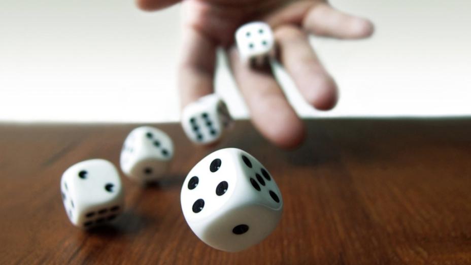 色子(即骰子),賭具,小立方體,一般用骨頭製成,六面分刻一、二、三、四、五、六點。(Shutterstock)