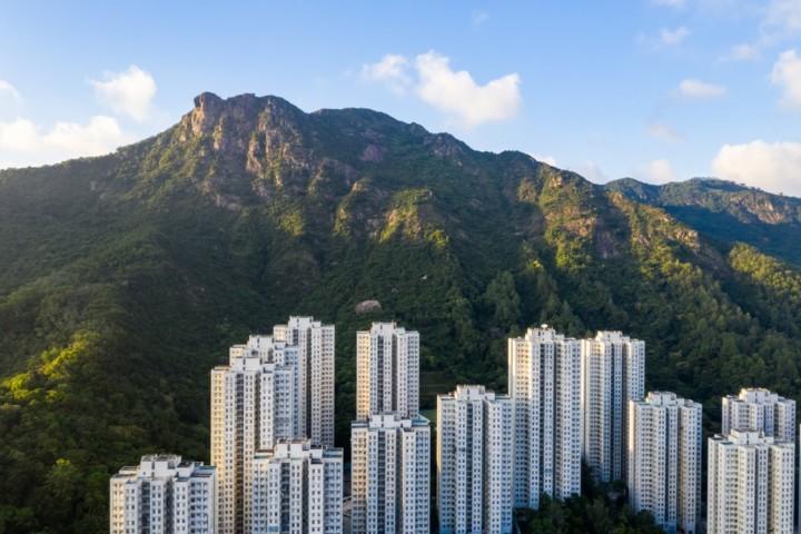 梁錦松再次引用香港經典流行歌《獅子山下》的歌詞,呼籲市民同舟共濟。(Shutterstock)