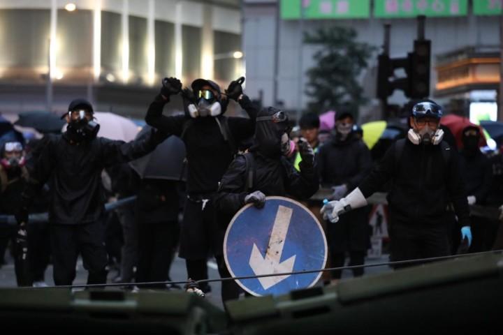 灣仔示威者堵塞道路。