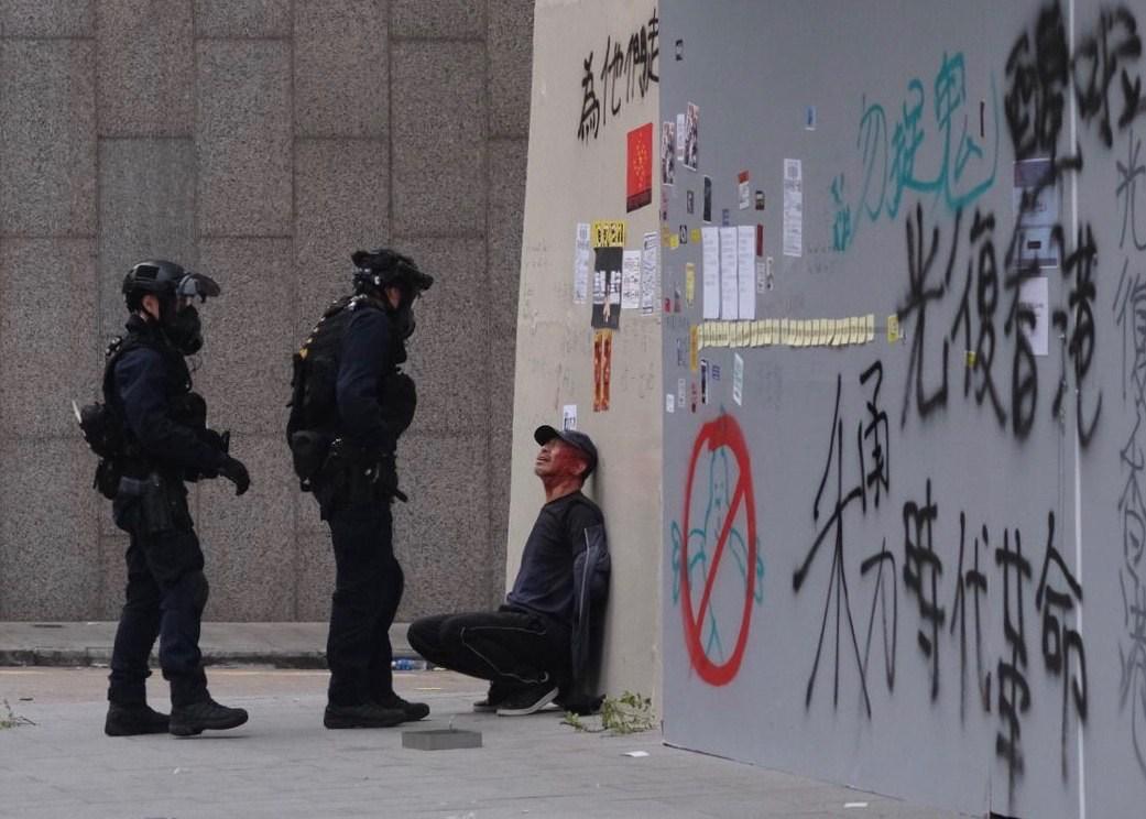 下午4時半後,速龍小隊在場制服一名男子,其頭部受傷流血。