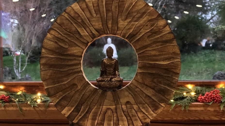 佛教說的隨緣是因為看清因緣的深義而隨順因緣,不執着不強求,而不是說隨便無所為。