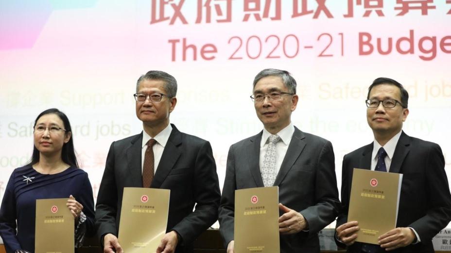 財政司司長陳茂波(左二)說本屆政府上任以來推出了多項改善民生的措施,所以開支才會大幅增加。(亞新社)