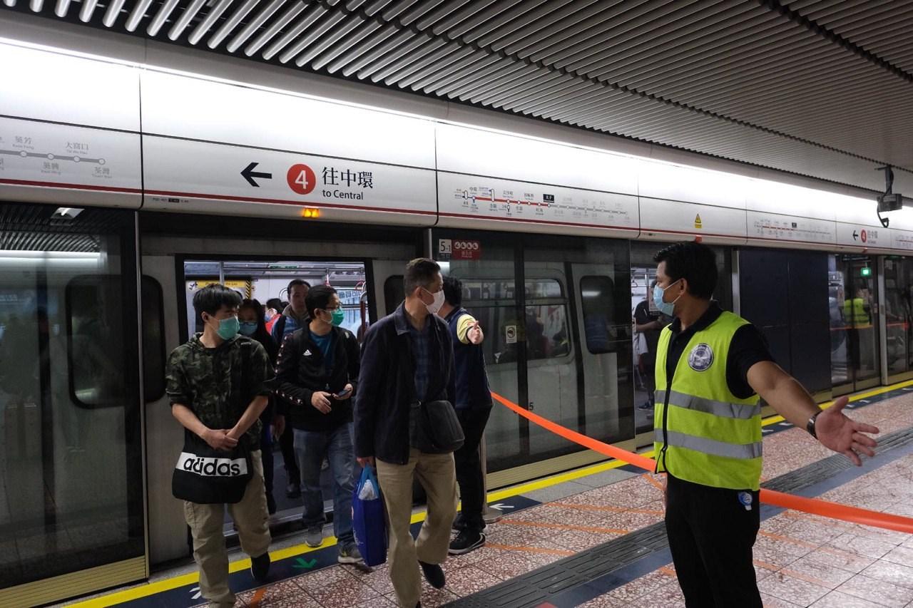 港鐵職員安排乘客請勿靠近。