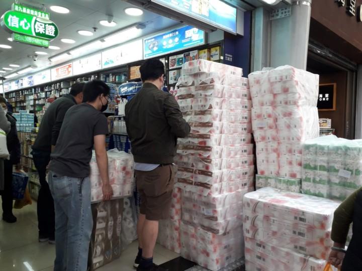 疫情嚴峻,社會出現搶購口罩、搶購大米,就連廁紙都被搶購的「盲搶潮」。(灼見名家圖片)