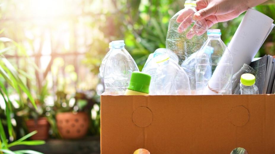 這些環保站每周都收集到很多垃圾,學生們看見眾多年老志工們付出很多時間,認真地進行環保分類工作。(Shutterstock)