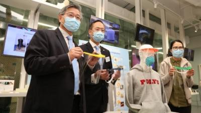 衞炳江教授(左二)展示理大新設計的全面罩。(香港理工大學圖片)