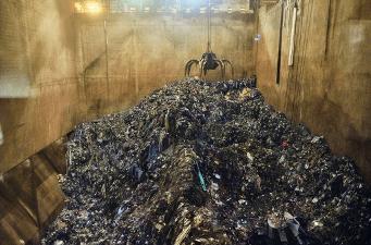 哥本哈根一座新焚化爐的垃圾坑容量達2萬2000公噸。自動化起重機會攪拌垃圾,讓焚化爐燒得更乾淨。過濾燃煙的設備佔據焚化廠內部的大半空間。相對於垃圾掩埋場,可以乾淨燃燒、產生能源的焚化爐,但是循環經濟的目標,卻是以完全不會產生垃圾的方式來終結垃圾。(攝影:盧卡‧洛卡泰利 Luca Locatelli)