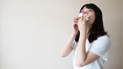 鼻涕中帶血,要慎防罹患鼻咽癌的風險。(Shutterstock)