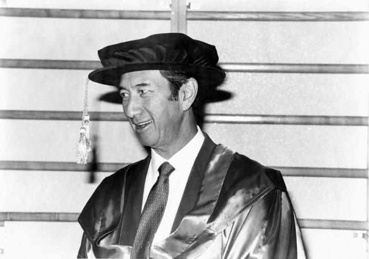 何鴻燊博士於第130屆頒授典禮(1987)獲頒授名譽社會科學博士(香港大學圖片)