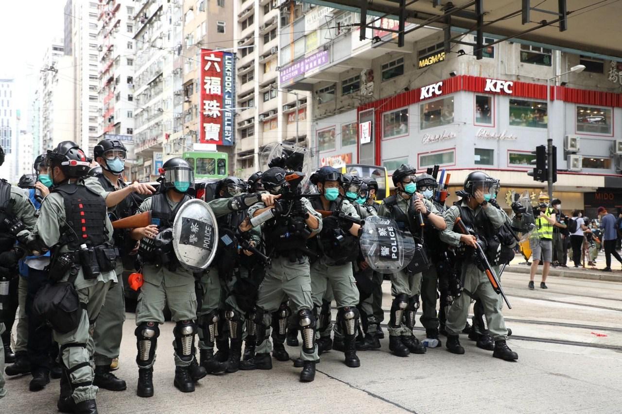 警方在波斯富街布防。