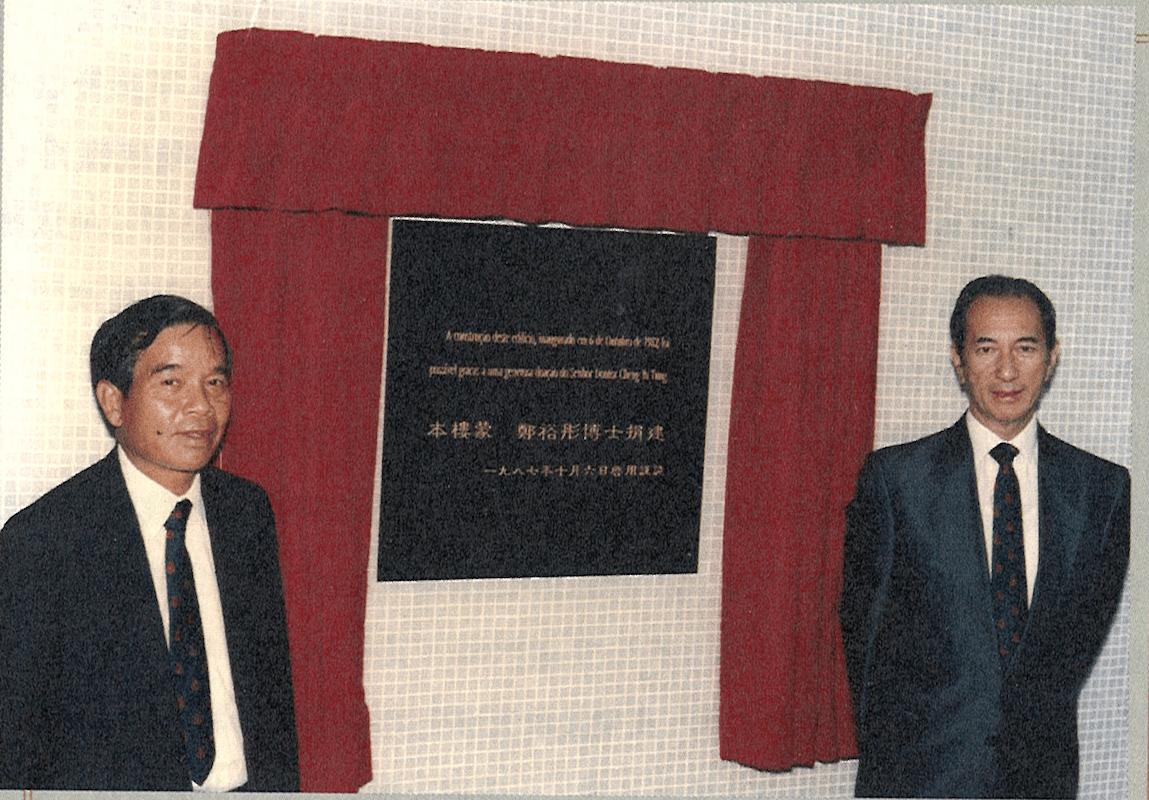 1987年10月6日,鄭裕彤(左)與何鴻燊出席宿舍大樓揭幕儀式。(三聯書店圖片)