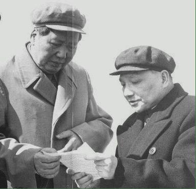 毛澤東(左)和鄧小平(右)。(Wikimedia Commons)