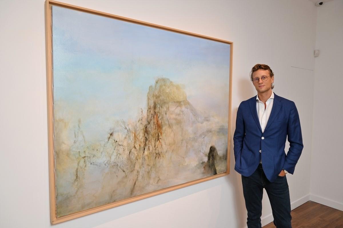 畫廊的創辦者之一:潘雅德(Arthur de Villepin)與趙無極名畫 《22.11.2002-10.12.2003》。