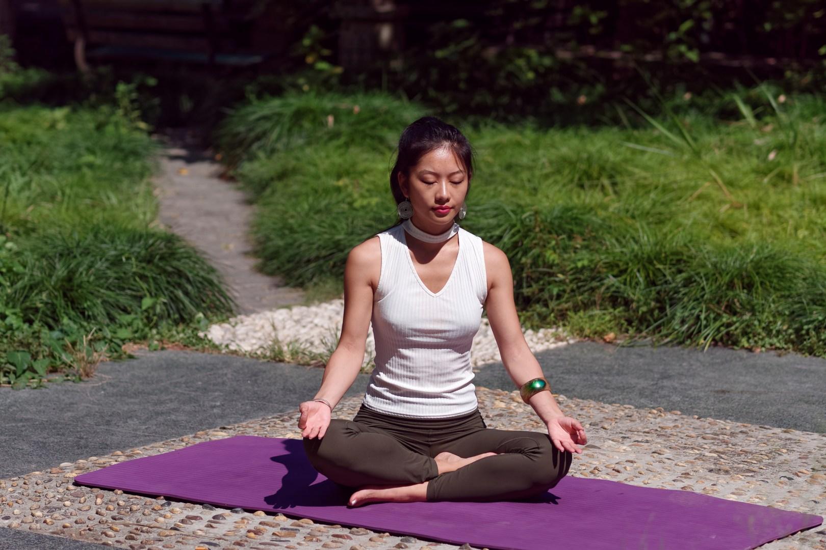 盤膝靜坐,閉目養神,徐徐吸氣,緩緩呼氣。清心而自制,養神而少慮。(Shutterstock)