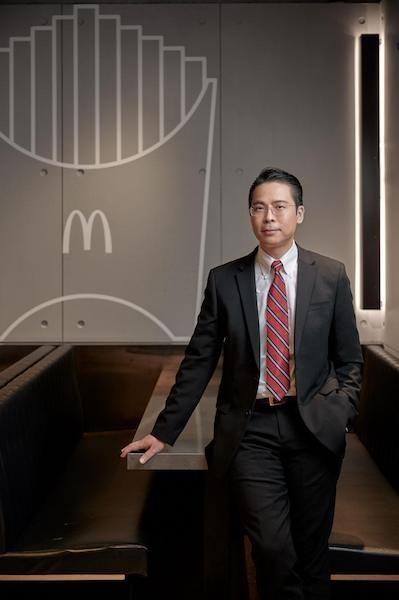 香港會計師公會會員陳國彬於1994年在香港中文大學畢業完成經濟學學士學位,之後更修畢工商管理碩士學位及多個行政人員課程。