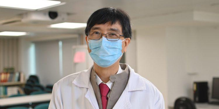 袁國勇教授重申,最危險的時候便是脫下口罩,將自己的病毒傳染他人或被他人傳染。配戴口罩是雙向和最好的保護。
