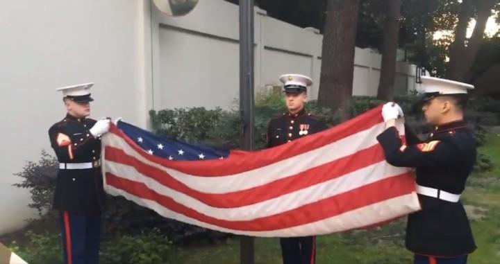 美國駐華使領館播出駐成都總領事館舉行的降旗儀式。(美國駐華使領館twitter)