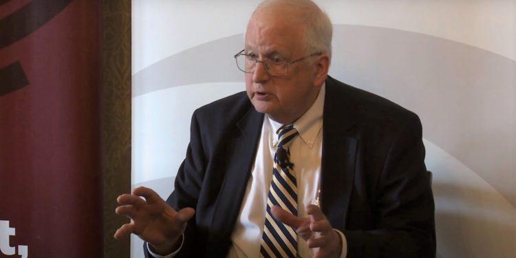 美國前駐華大使芮效儉肯定李登輝是「 歷史重要人物」,此前亦去信特朗普,強調中國不是美國的敵人。(芝加哥大學視頻截圖)
