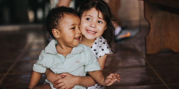 大人在生活中不經意的歧視語言會替孩子貼上標籤,當然更有父母是直接告誡孩子不要跟他玩,因為他是黑人。(Unsplash)
