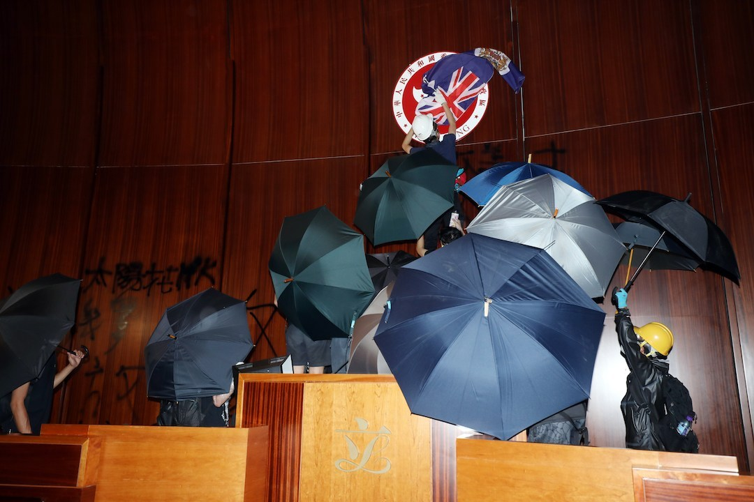 2019年7月1日傍晚,一批人攻入立法會的會議廳,破壞裏面的設施,導致沒辦法開會。(亞新社)