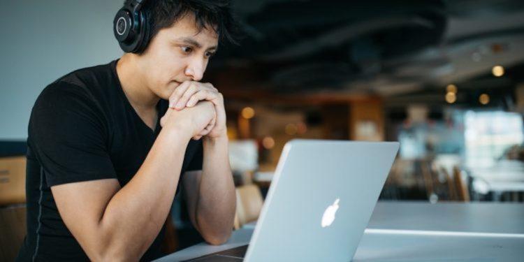 香港一個研究項目意外發現線上學習令不少學生多看了很多課外書。也有學生自己鑽研某種科學知識。(Unsplash)