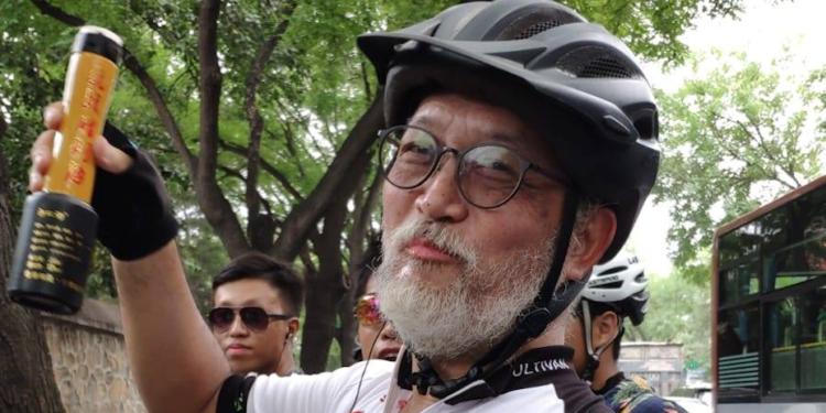 去年暑假,惲福龍校長嘗試和幾位學生由香港駕單車遠征北京。(佛教筏可紀念中學Facebook)