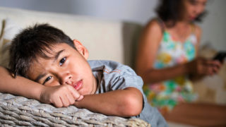 萬一子女無故對人不瞅不睬,家長如何應對?