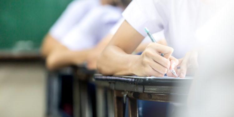 如果通識科果真年年都採用標準參照,那麼今年擬卷和改卷的「失誤」令全港考生成績大跌,又由誰人負責呢?(Shutterstock)