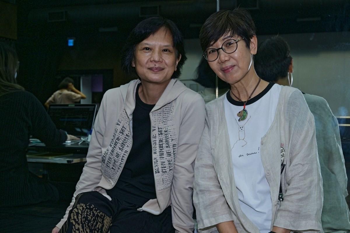 作者(右)與梅卓燕合照。