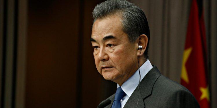 中國國務委員兼外長王毅不點名批評把數據安全問題政治化、搞雙重標準,甚至不惜造謠抹黑,違背國際關係基本準則,也嚴重干擾和阻礙全球數字合作與發展。(Shutterstock )