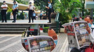 中環靜坐閱報 抗議警侵新聞自由 無懼警打壓 Central Sit-in Reading News to Protest Press Freedom Infringement Undaunted by Police