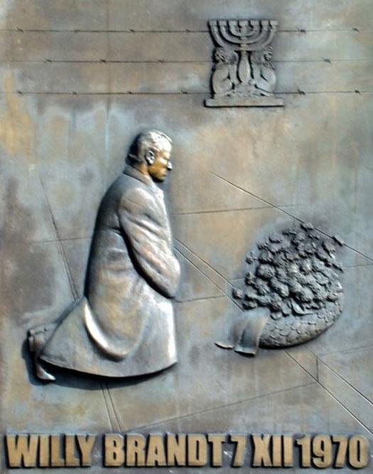 「華沙一跪」——紀念勃蘭特總理的藝術品,豎立於華沙勃蘭特廣場。(網絡圖片)