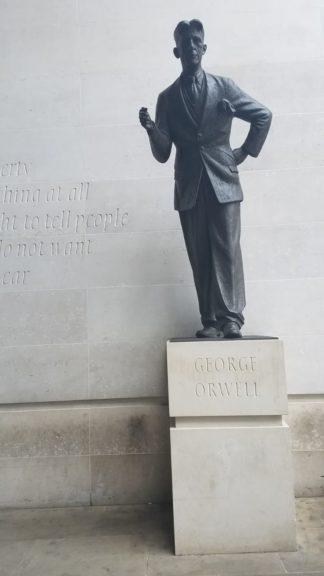 倫敦英國廣播公司(BBC)總部外的奧威爾雕像。(灼見名家圖片)