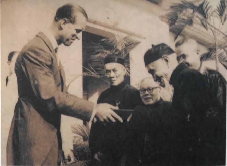 1959年菲臘親王贈送雪茄予新界鄉紳李仲莊等人。(圖片:作者提供)