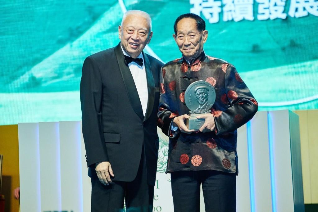 2016年10月,袁隆平(右)榮獲首屆呂志和獎的「持續發展獎」,全國政協副主席、前任特區行政長官董建華向他頒授獎項。(呂志和獎圖片)