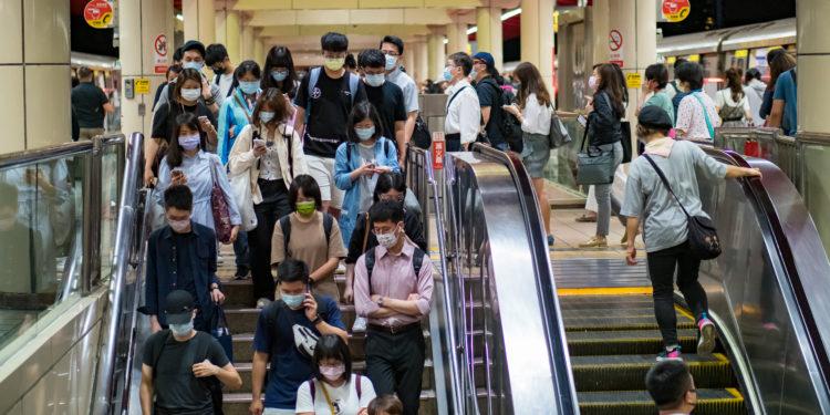 從台灣連日確診人數大增,即可看到變異病毒的兇惡。(Shutterstock)