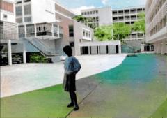 正中為課室教學樓,右方學生宿舍,左方突出建築乃學院餐廳。(作者提供)